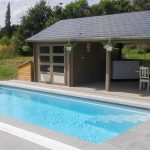 Ensemble poolhouse au bord de la piscine