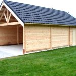 Grand garage en bois ouvert avec abri fermé intégré