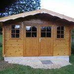 Abri de jardin chalet avec double porte vitrée et rives festonnées