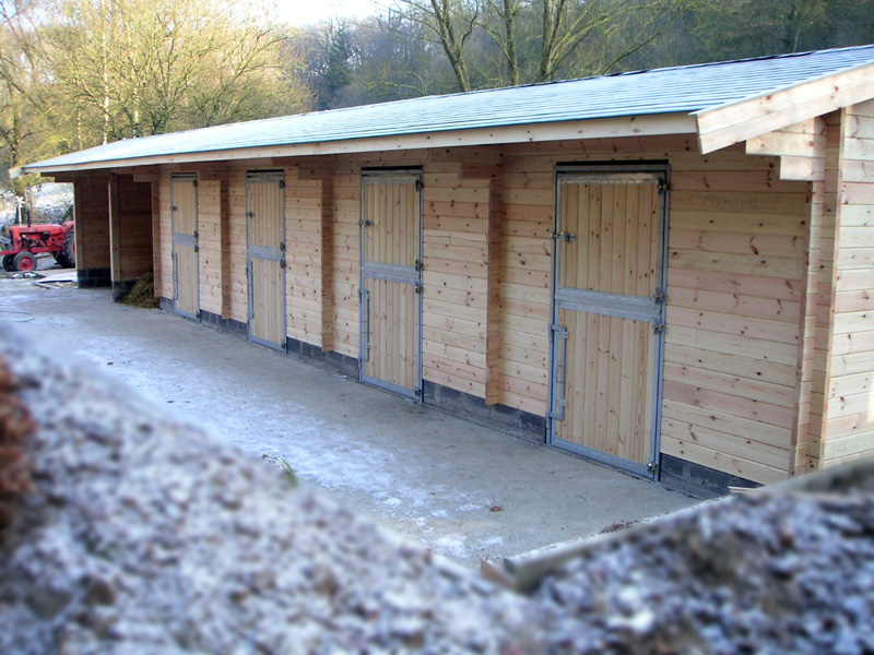 constructions boxes chevaux curies bois massif decochalet. Black Bedroom Furniture Sets. Home Design Ideas