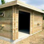 Grand garage en bois avec toiture plate