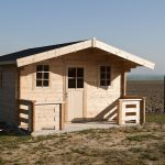 petit bureau de jardin avec auvent et terrasse