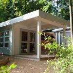 chalet moderne à toit plat avec grande terrasse