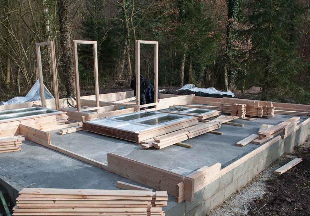Montage d 39 une maison en bois chalet habitable decochalet for Bois construction chalet