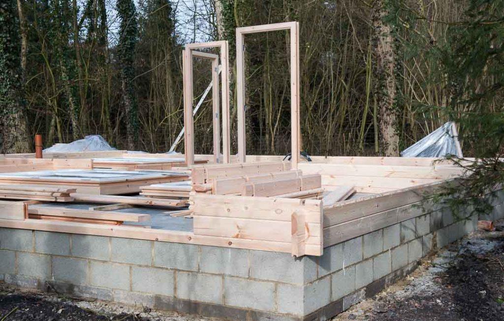 Montage d 39 une maison en bois chalet habitable decochalet for Montage maison en bois