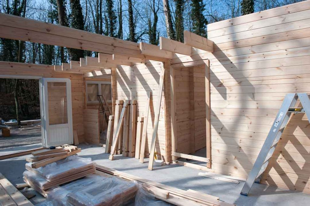 montage d 39 une maison en bois chalet habitable decochalet