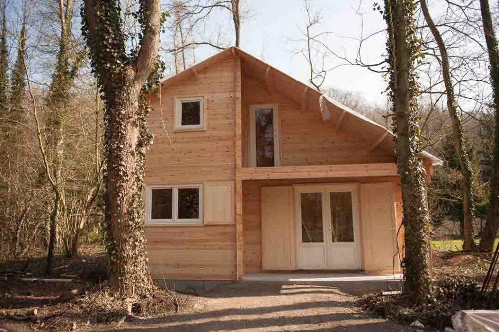 Montage d 39 une maison en bois chalet habitable decochalet - Petite maison en bois habitable ...