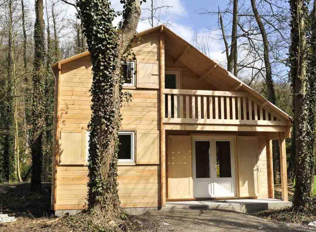Maison en bois avec ballustrade
