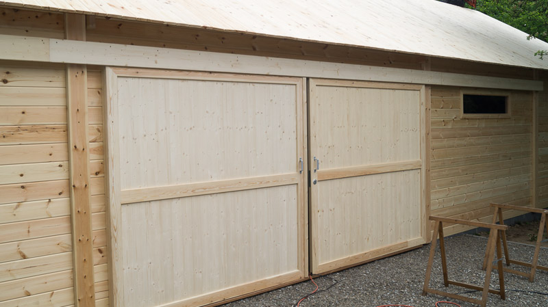 Construction d 39 un hangar garage ne bois decochalet for Porte hangar coulissante