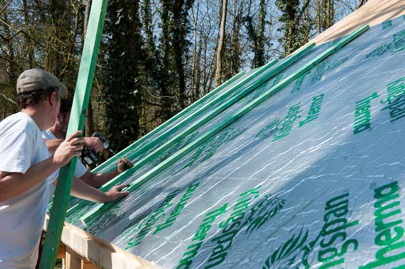 Placement des voliges sur le toit du chalet