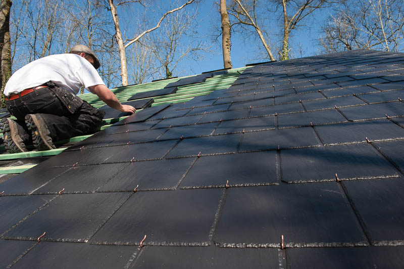 Le toit du chalet est presque terminé