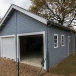 double garage en bois peint en gris bleu avec petit grenier